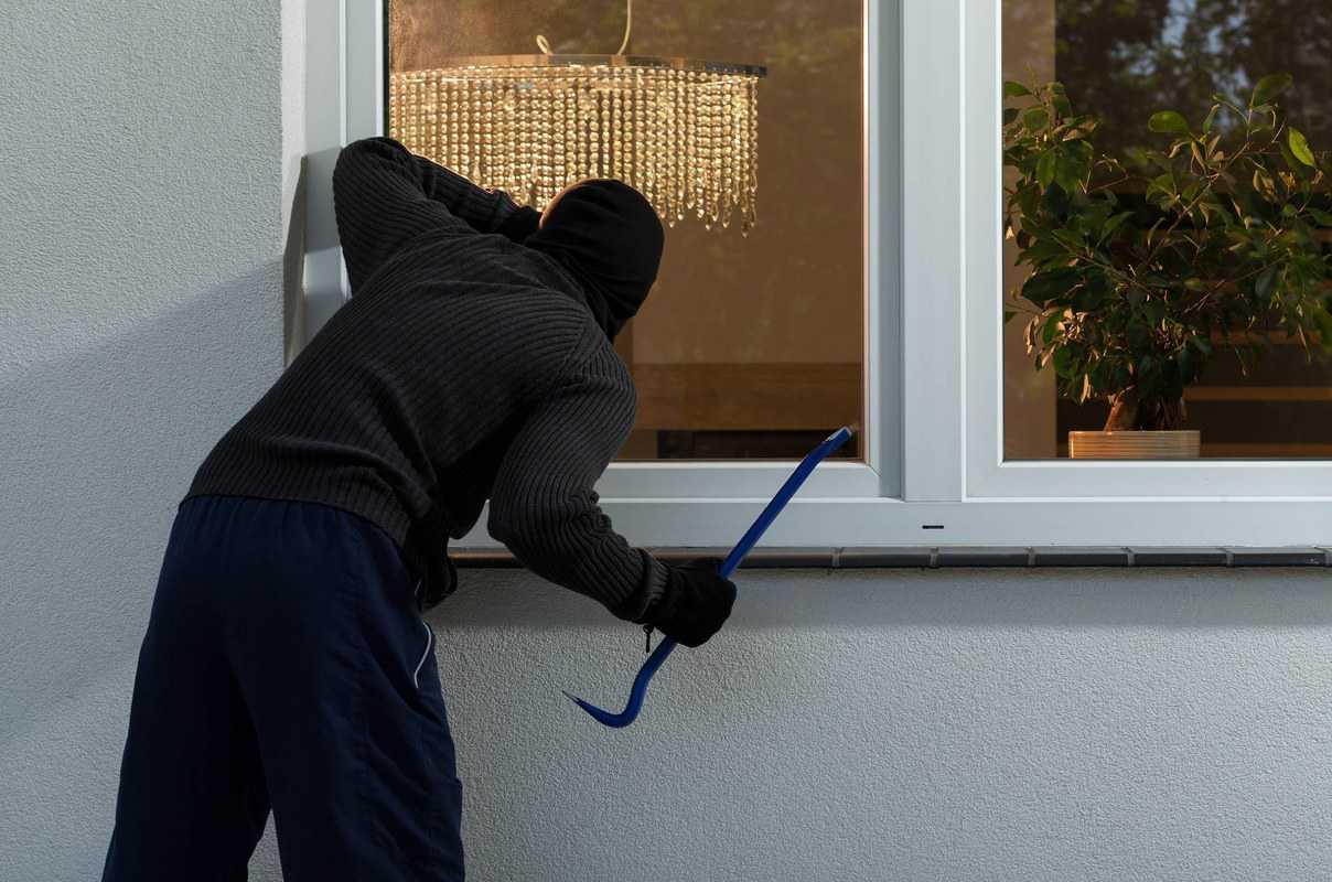 Khi bạn vắng nhà lâu ngày, bọn trộm sẽ để ý và tiếp cận để đột nhập ăn trộm.