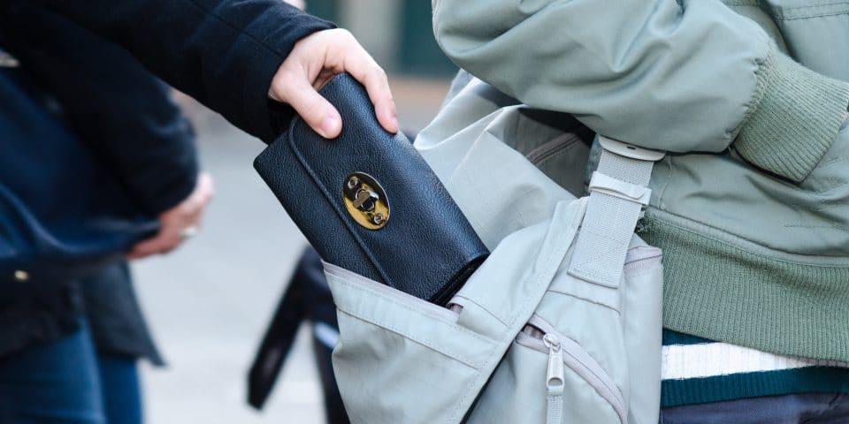 Không để ví tiền ở túi sau khi đang di chuyển hoặc ở nơi đông người