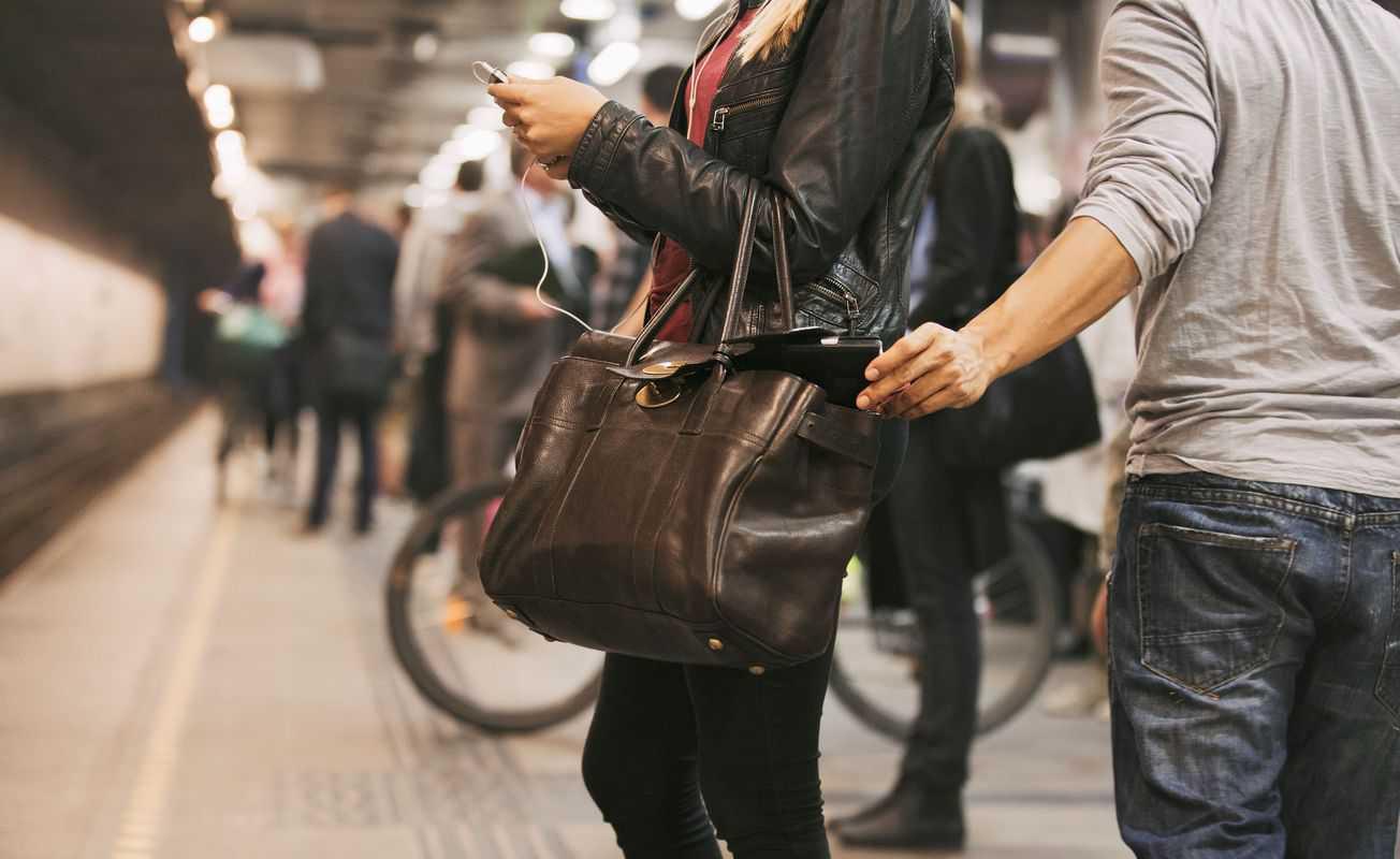 chỉ cần vài phút lơ là thì bọn trộm sẽ nhanh tay trộm mất ví tiền của bạn.